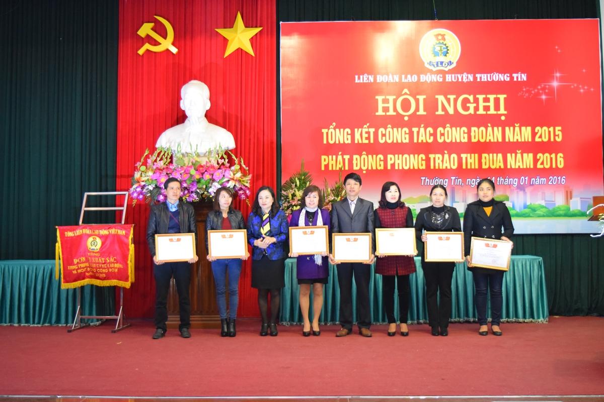 LĐLĐ huyện Thường Tín tặng giấy khen cho 22 cá nhân