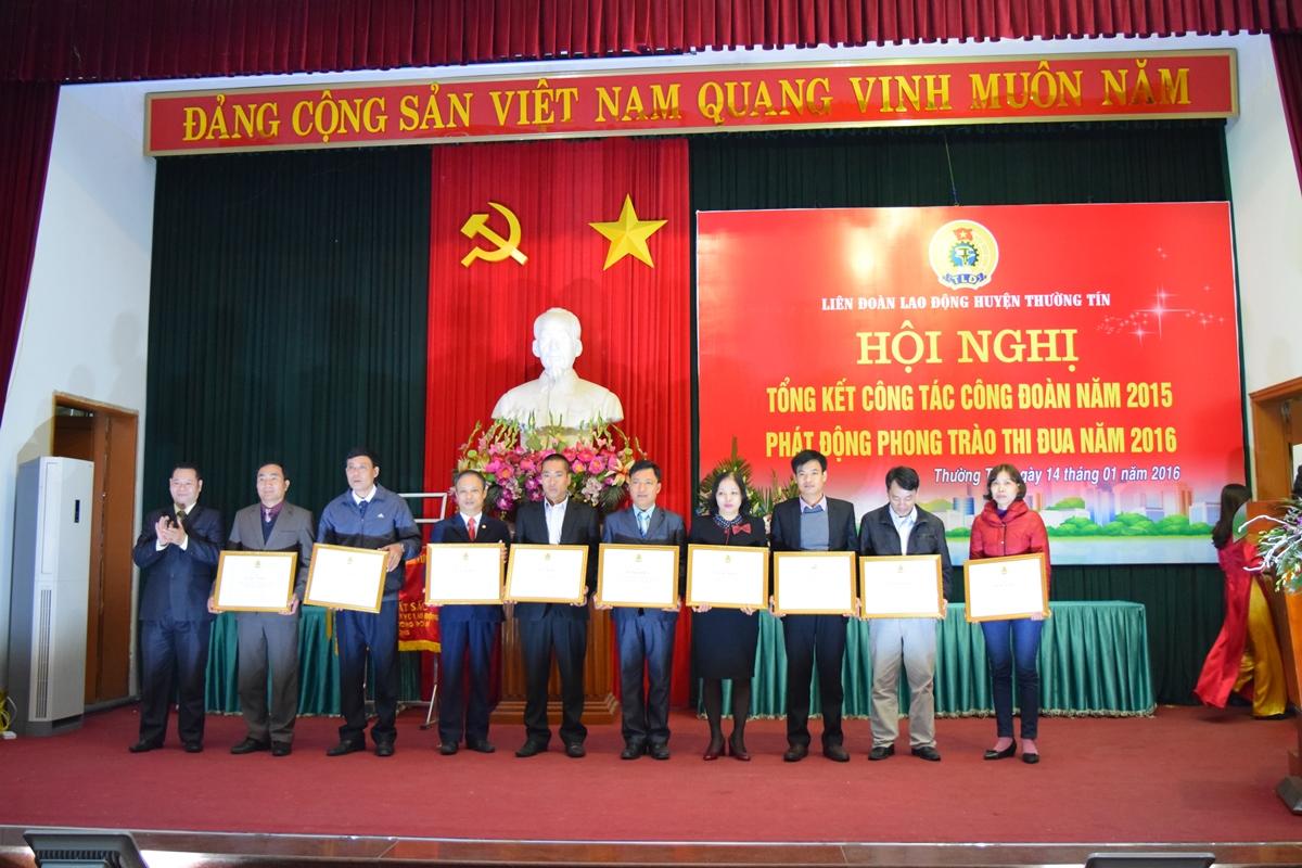 LĐLĐ thành phố Hà Nội tặng Bằng khen cho 6 tập thể và 03 cá nhân