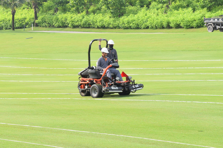 Học viên thực hiện bài thi Vận hành Xe vận chuyển, Máy hút xới cỏ đa năng, Máy lu cỏ, Máy đục lỗ